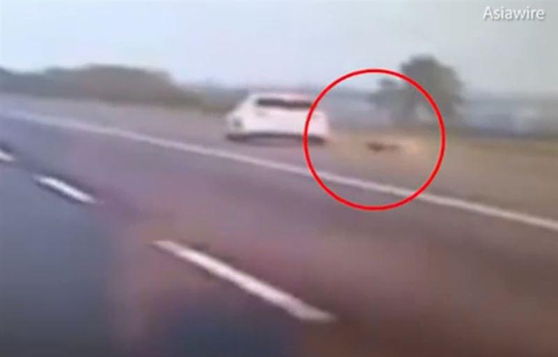 ВИДЕО: Китаянке, выпрыгнувшей из мчащегося автомобиля, удалось выжить