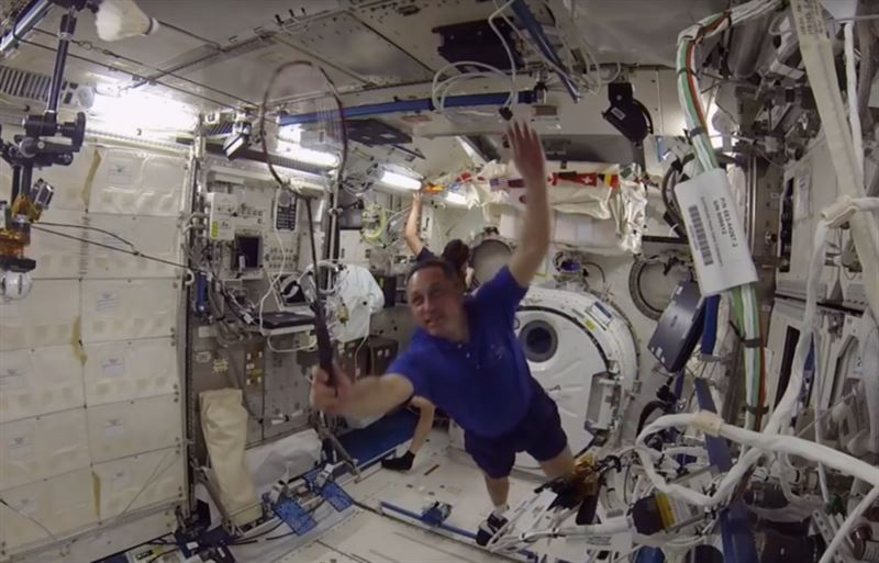 ВИДЕО: Космонавты сыграли в бадминтон в невесомости