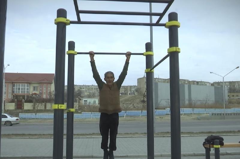 ВИДЕО: Шамаң жетсе ақша ұтып ал - 60 жастағы ақсақал жастарды бәске шақырды