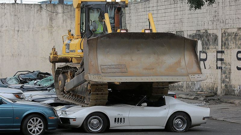Филиппинские власти превратили роскошные автомобили в металлолом