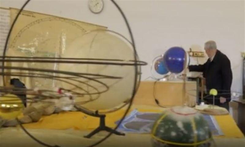 ФОТО: Зейнеткер өз үйін аспан әлеміне айналдырған