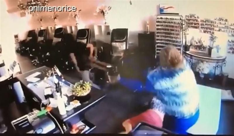 Сотрудницы маникюрного салона отбились от преступника стулом
