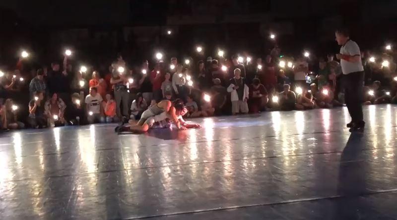 ВИДЕО: Финал турнира по борьбе прошел под свет фонариков на смартфонах зрителей