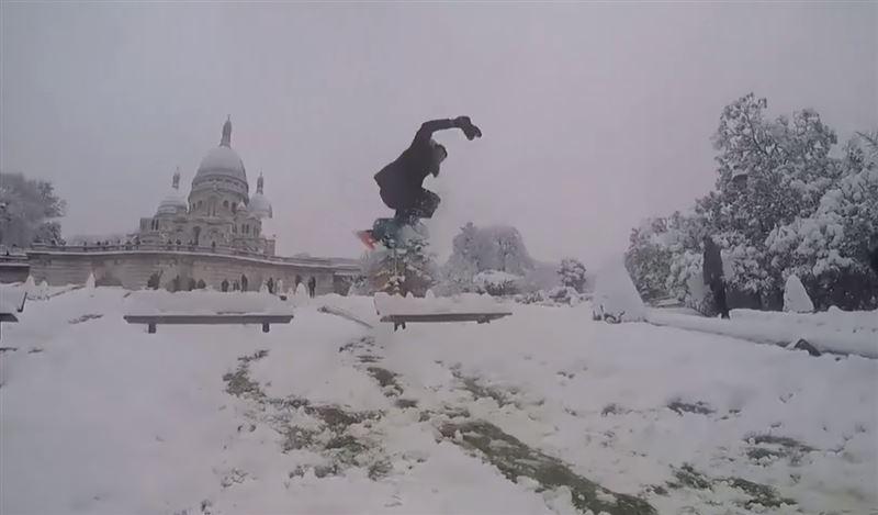Лыжники и сноубордисты не упустили возможность покататься по заснеженным улицам Парижа
