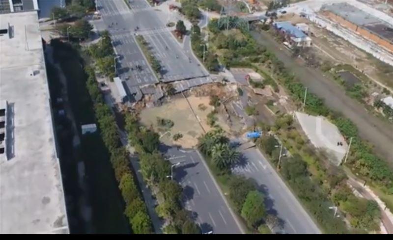 В Сети появилось видео с места обрушения дороги в Китае, которое унесло жизни нескольких человек