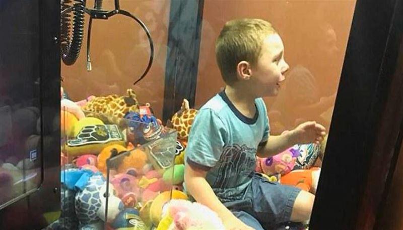 Во Флориде мальчик залез в автомат с игрушками и не смог выбраться