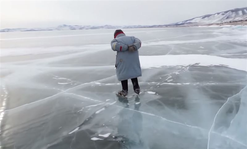 На Байкале пенсионерка в качестве транспорта использует коньки