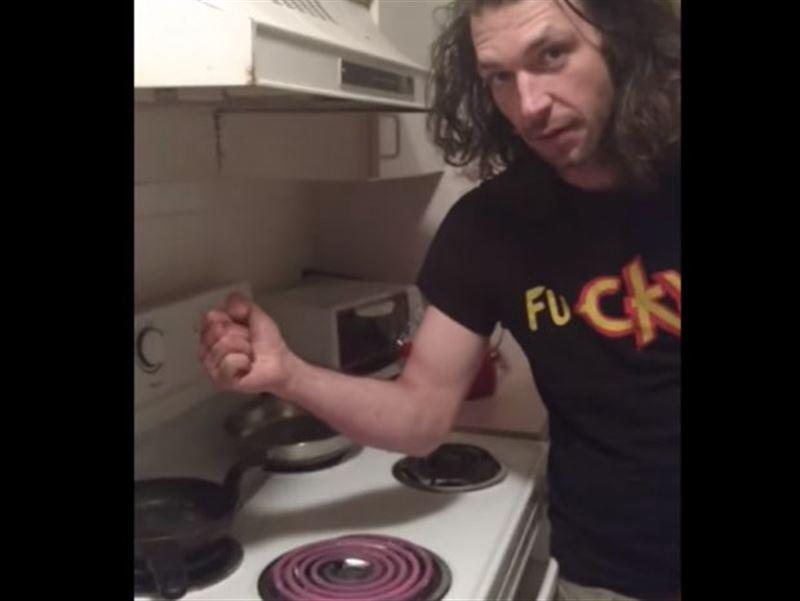 ВИДЕО: Танымалдық үшін қызып тұрған газ плитасына қолын күйдірді