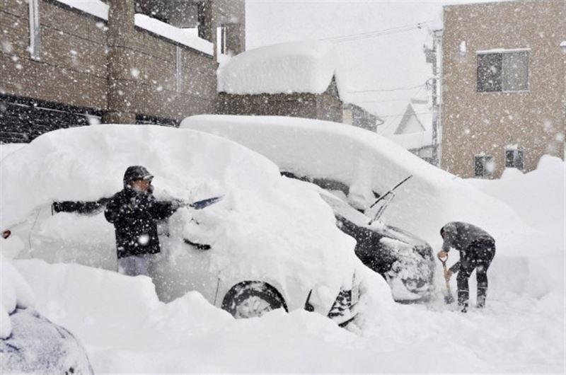 В Японии из-за сильных снегопадов погибли семь человек