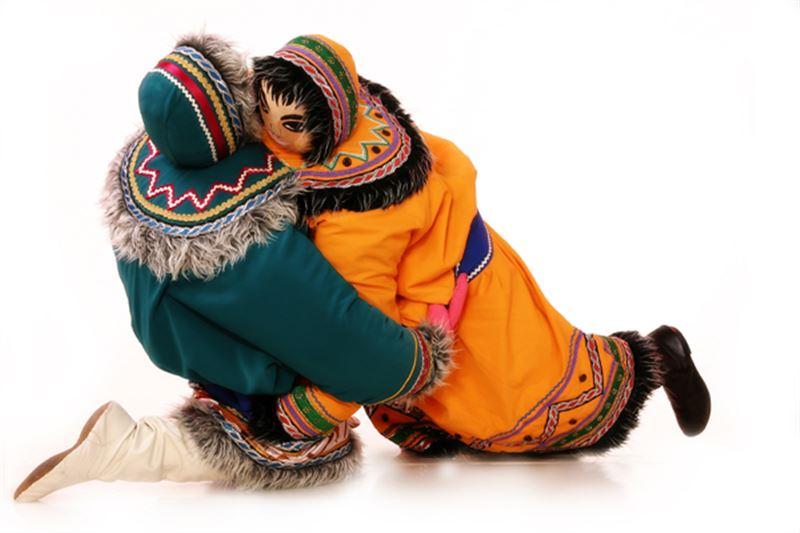ВИДЕО: Қуыршақ-костюм көшеде жиналғандардың таңдайын қақтырды