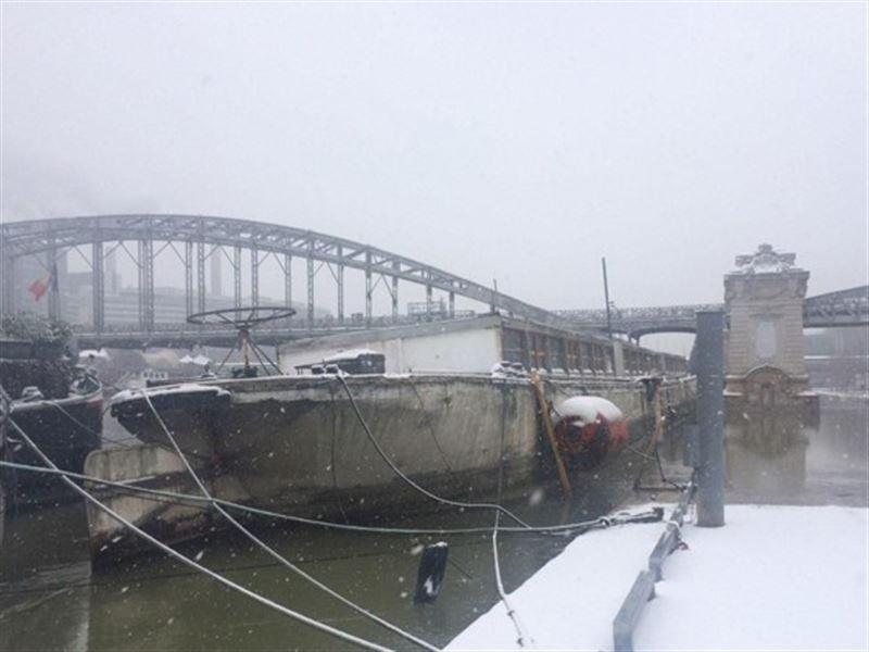 В парижской Сене затонула знаменитая жилая баржа «Луиза Катерина»