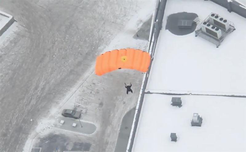 ВИДЕО: Парашютисты совершили прыжок с недостроенной телебашни в Екатеринбурге