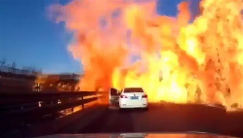 В Китае на трассе произошел жуткий пожар из-за грузовика со сжиженным газом