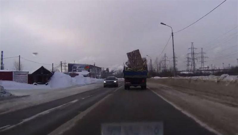 Выпавший из грузовика диван, едва не разбил едущий позади автомобиль