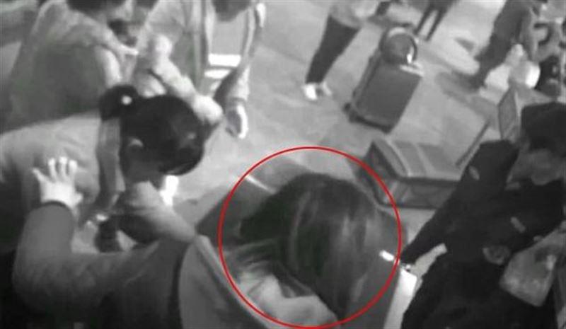 Боявшаяся за свою сумку женщина залезла в багажный сканер