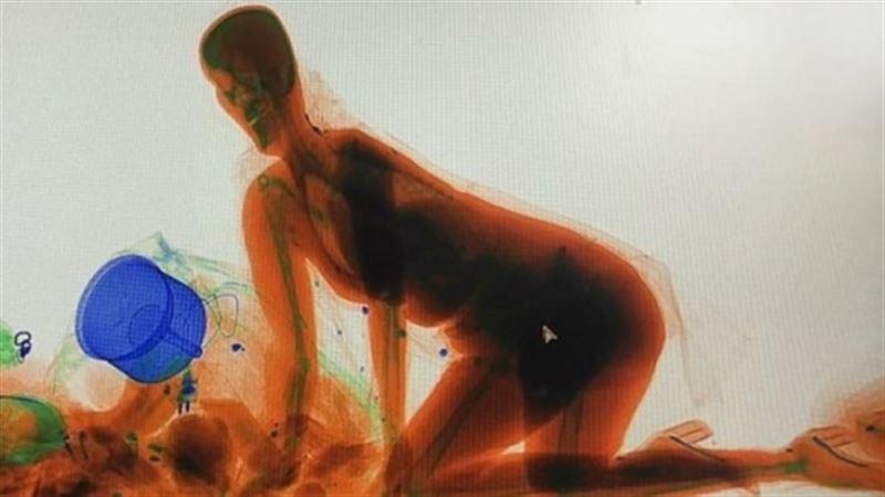 ВИДЕО: Жолаушы рентген аппаратынан өттіп кетті