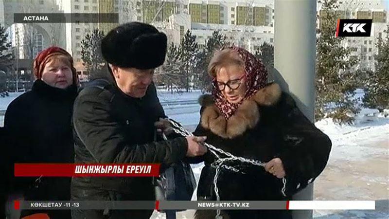 Астанада сот үкіміне көңілі толмаған әйел өзін бағанаға шынжырлап тастады