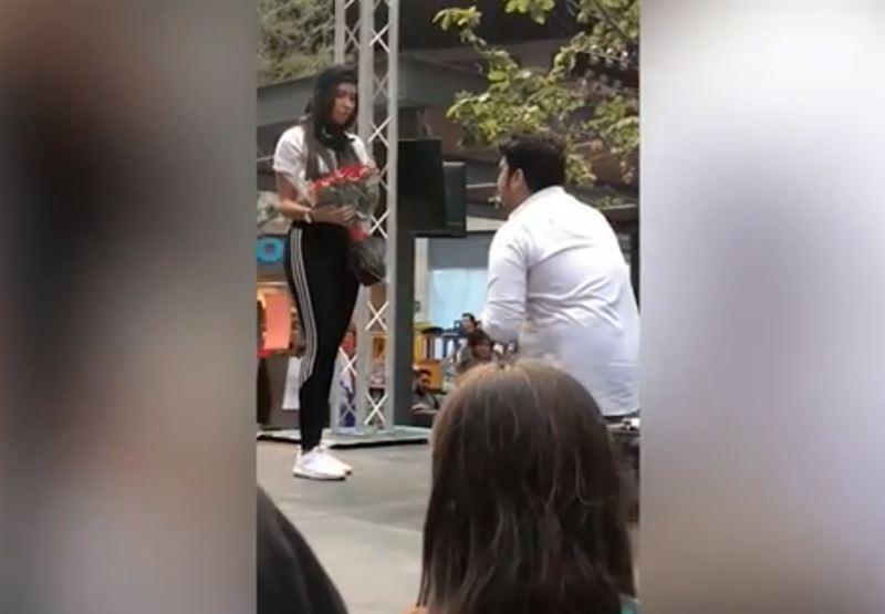 ВИДЕО: Мужчина сделал предложение возлюбленной на глазах у тысячи свидетелей, но получил отказ