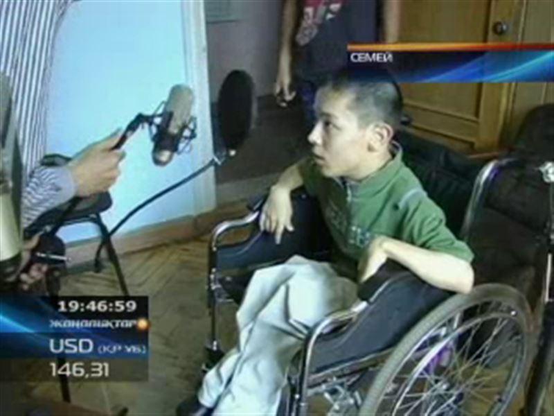 В Семее инвалид, страдающий ДЦП, записывает на местной студии свои композиции