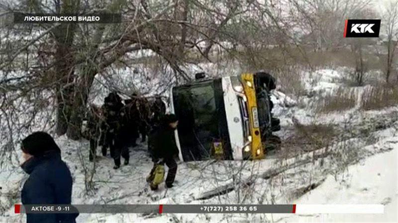 В Семее опрокинулся пассажирский автобус