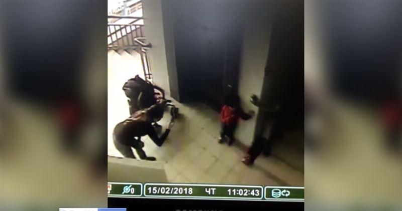 Ребенок упал между шахтой лифта и лестницей, когда его фотографировала мать