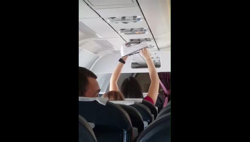 ВИДЕО: Девушка сушила нижнее белье на глазах пассажиров самолета