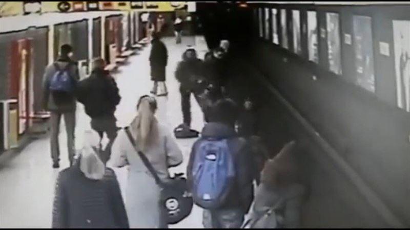 ВИДЕО: Ержүрек жігіт метроға секірген балақайды құтқарып қалды