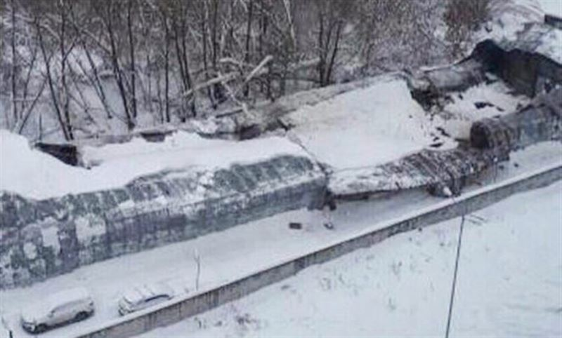 Десятки машин повреждены из-за обрушения крыши парковки