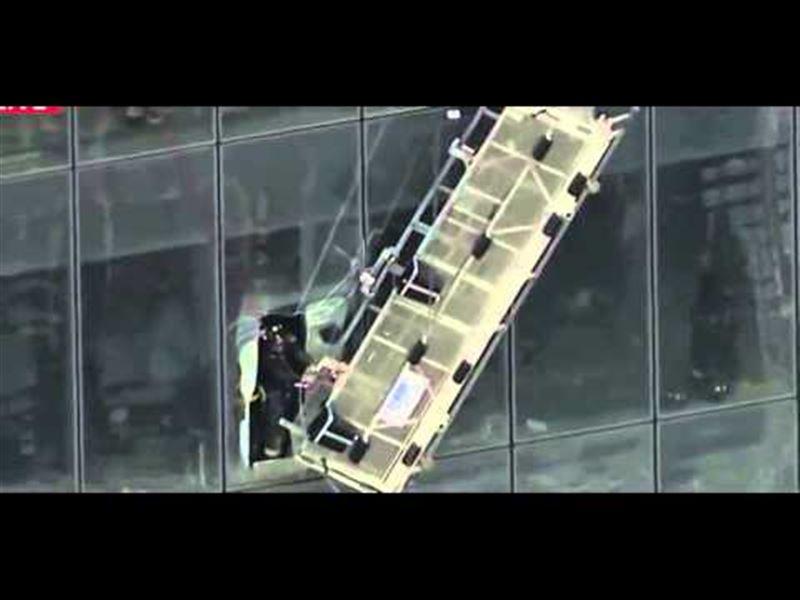 ВИДЕО: Қатты жел 10-қабаттағы терезе жуушылардың жанын ұшырды