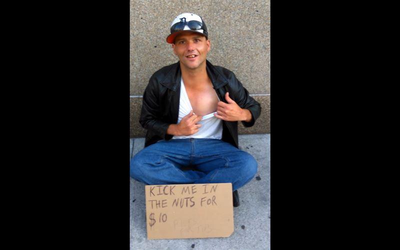 За 10 долларов бездомный из Америки предлагает прохожим ударить его в пах