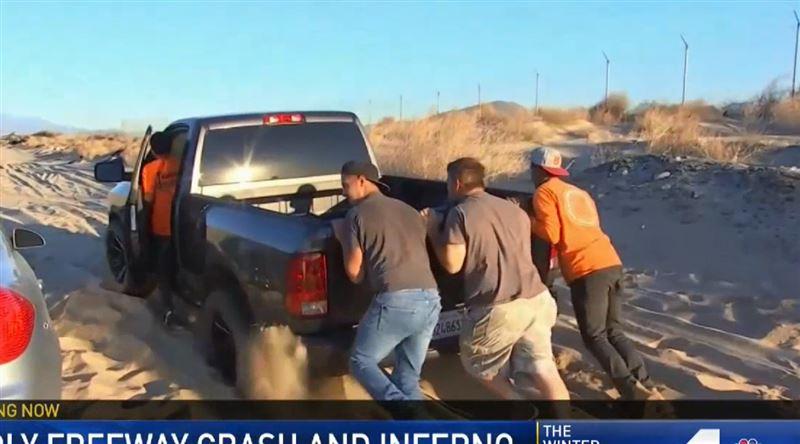 В Южной Калифорнии больше десятка машин увязли в дюнах, стараясь объехать пробку