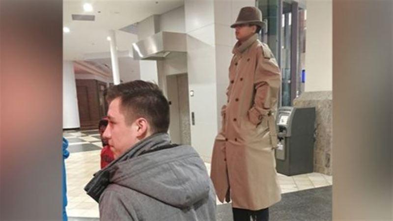 «Аномально высокий человек» в кинотеатре стал звездой Сети