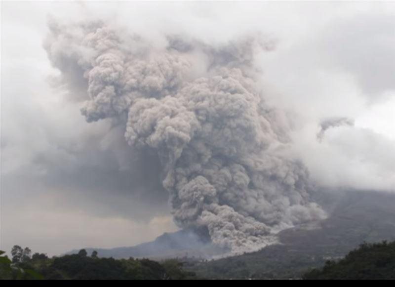 Из-за проснувшегося вулкана Синабунг несколько деревень оказались под слоем пепла