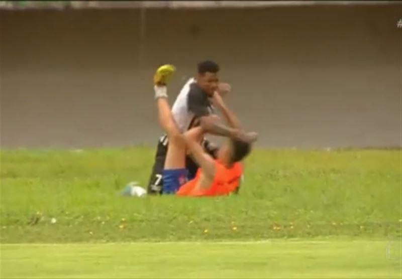 ВИДЕО: Бразилияда футболшы боллбойды соққыға жықты
