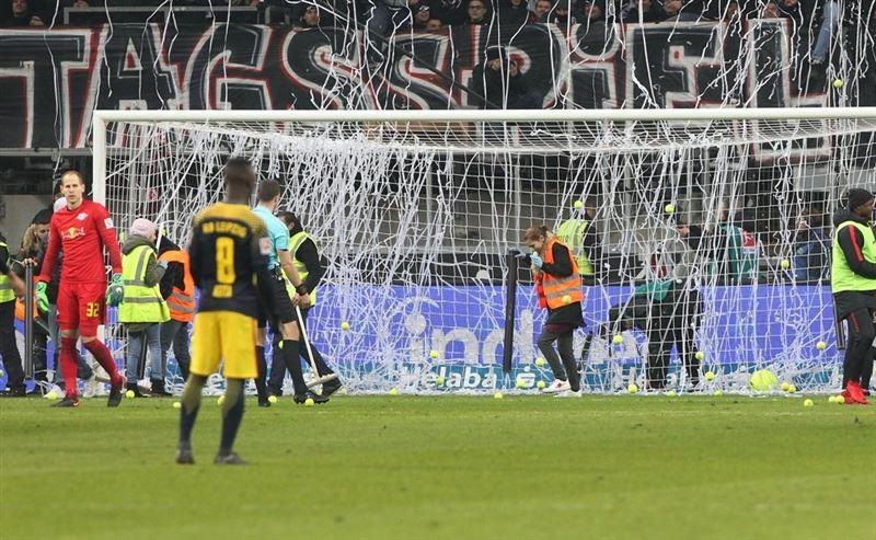 В Германии футбольные фанаты закидали поле теннисными мячиками