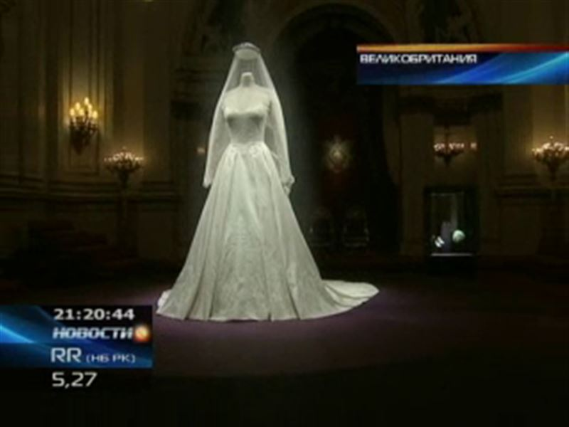 Свадебное платье герцогини Кембриджской выставлено на всеобщее обозрение в Букингемском дворце