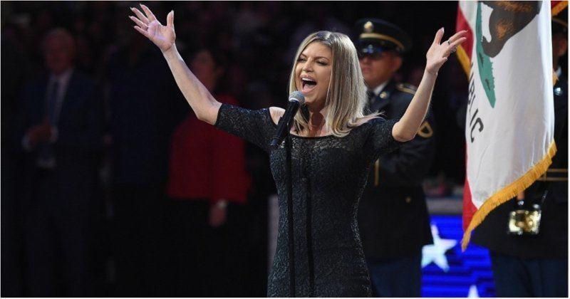 ВИДЕО: АҚШ әнұранын өрескел орындаған әнші жұрттың ашуын тудырды