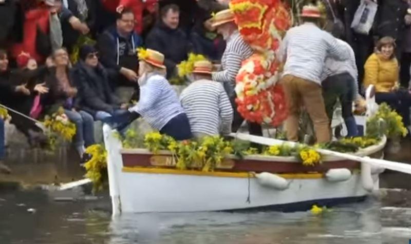 Во французском городке прошел «праздник цветов на воде»