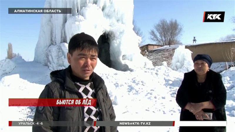 Глыба льда высотой в три этажа привлекает внимание любопытных в Алматинской области