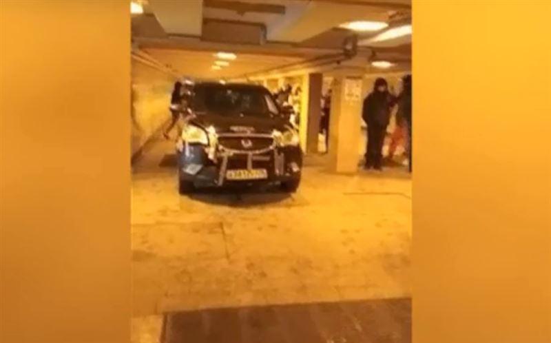Водитель внедорожника спустился в подземный переход, чтобы проверить, проедет ли машина