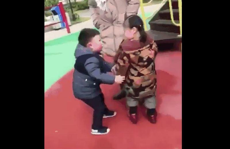 Видео с кувыркающимися детьми позабавило пользователей Сети