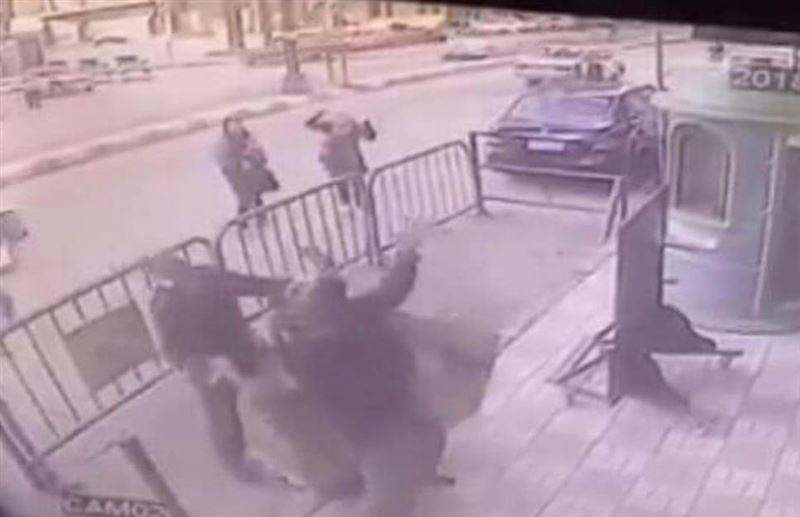 ВИДЕО: Полицейские поймали ребенка, выпавшего с третьего этажа