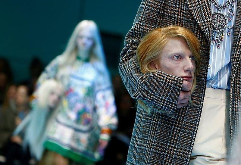 Модели вышли на подиум со своими головами в руках