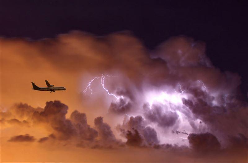 Пассажир снял момент удара молнии в крыло самолета