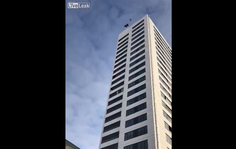 Мужчина едва не погиб, прыгнув с небоскреба с нераскрывшимся парашютом