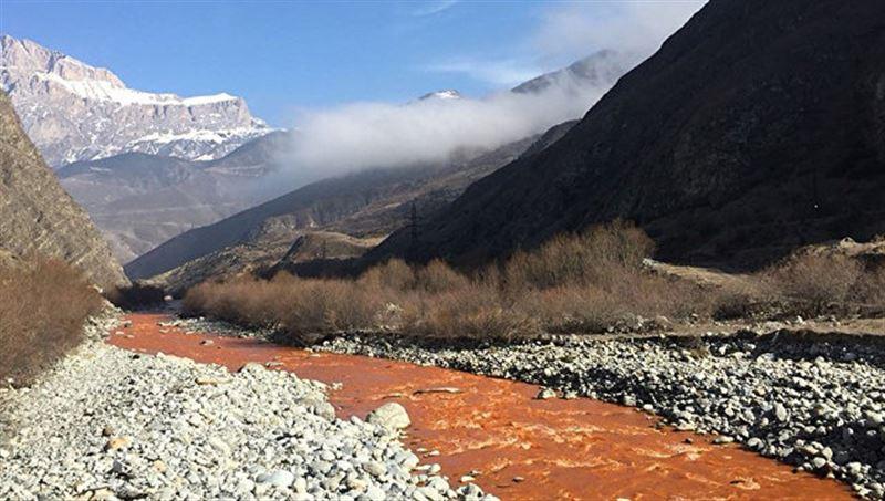 ВИДЕО: В Северной Осетии река окрасилась в оранжевый цвет
