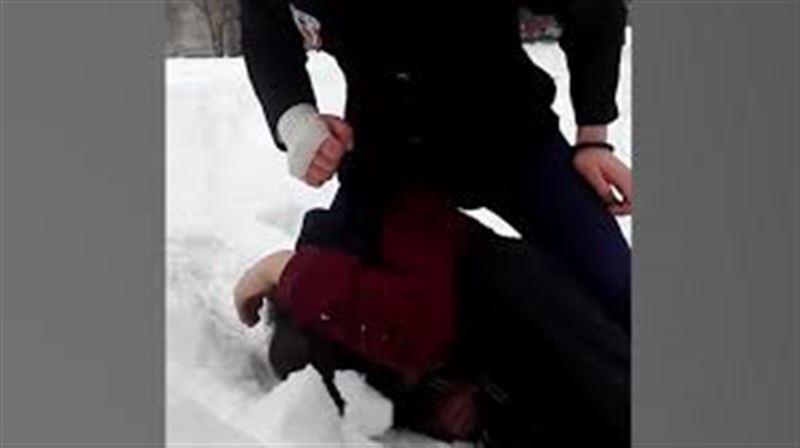 Школьница жестоко избила сверстника и сняла издевательства на камеру