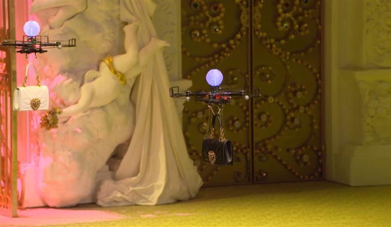 Дроны демонстрировали коллекцию аксессуаров в Милане на Неделе моды