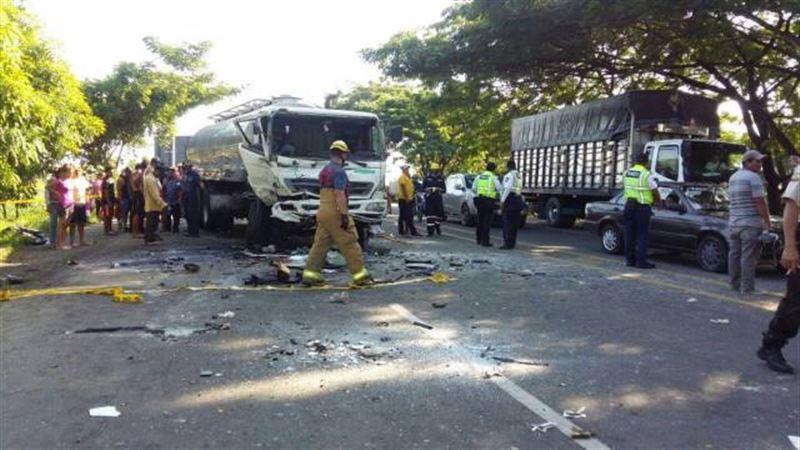11 человек погибли при столкновении двух грузовиков в Эквадоре