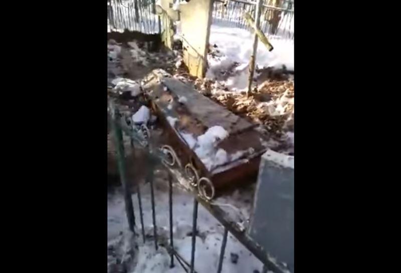 ВИДЕО: Гроб с покойником выкопали из могилы сразу после похорон